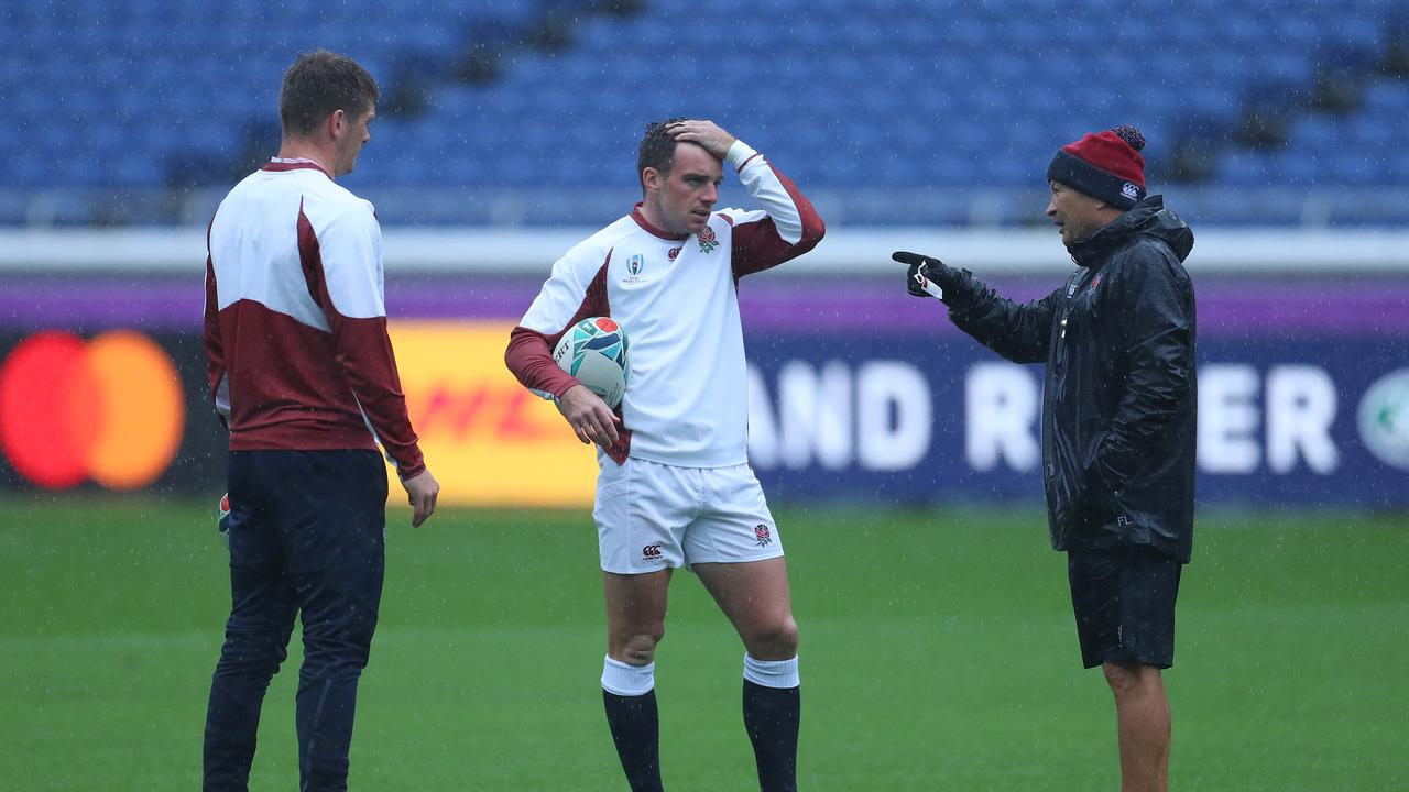 Eddie Jones talks with George Ford and Owen Farrell during their Captain's Run ahead of their semi-final showdown with New Zealand.