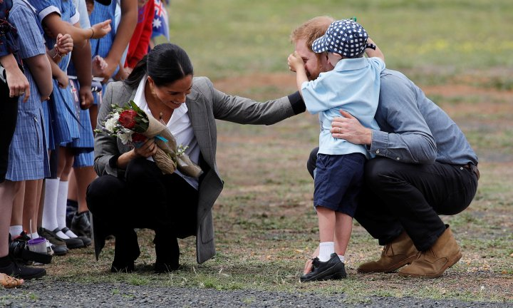 DUBBO, AUSTRALIA - OCTOBER 17: Prince Harry, Duke of Sussex and Meghan, Duchess of Sussex interact with Luke Vincent, 5 after arriving at Dubbo Airport on October 17, 2018 in Dubbo, Australia. The Duke and Duchess of Sussex are on their official 16-day Autumn tour visiting cities in Australia, Fiji, Tonga and New Zealand. (Photo by Phil Noble - Pool/Getty Images)