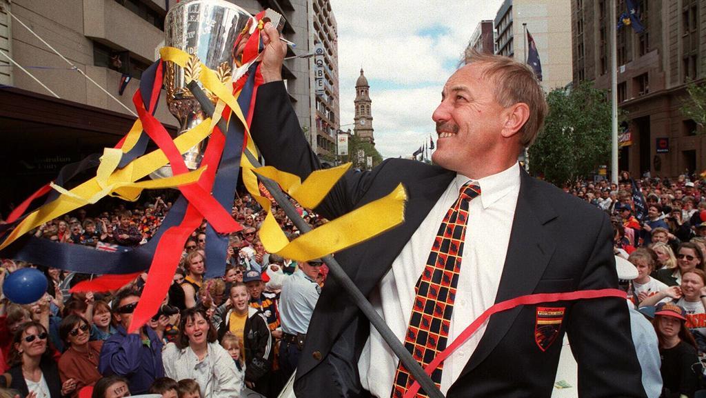 Malcolm Blight memegang trofi Grand final selama parade Adelaide Crows pada bulan Oktober 1997.