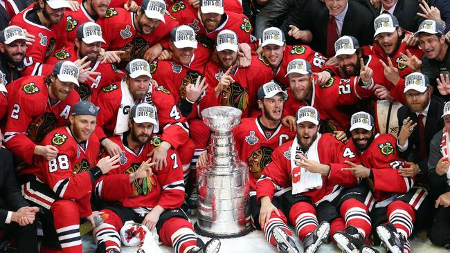 The Chicago Blackhawks pose with the Stanley Cup.