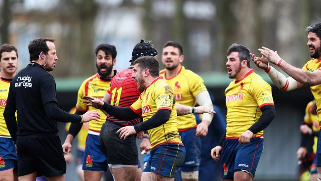 Spanish rugby players confront Romanian referee Vlad Iordachescu after defeat.