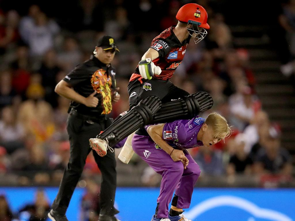 MELBOURNE, AUSTRALIA - JANUARY 21: Sam Harper of the Renegades and Nathan Ellis of the Hurricanes collide during the Big Bash League match between the Melbourne Renegades and the Hobart Hurricanes at Marvel Stadium on January 21, 2020 in Melbourne, Australia. (Photo by Jonathan DiMaggio/Getty Images)