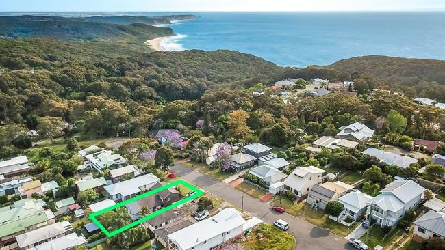 The house is close to walking trails that access Dudley Beach.