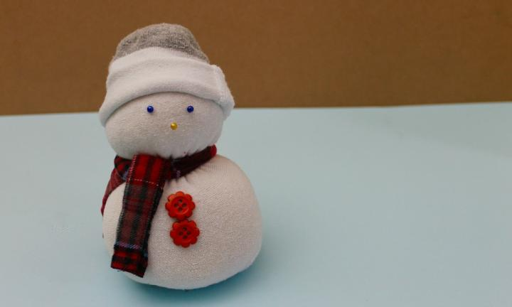 "4. Instead of throwing out your old socks, why not make them into a fun toy like this snowman?  <a href=""http://www.kidspot.com.au/things-to-do/activities/no-sew-sock-snowman"">Find out how</a>"