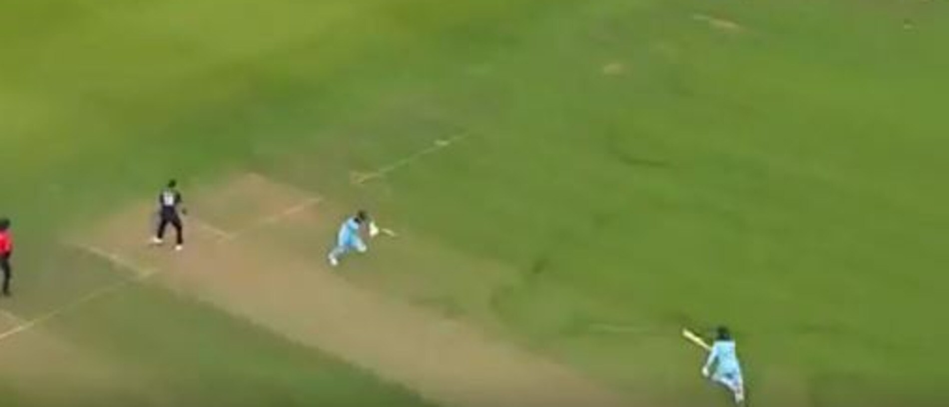 Martin Guptil throws to the keeper with England's batsmen yet to coss.
