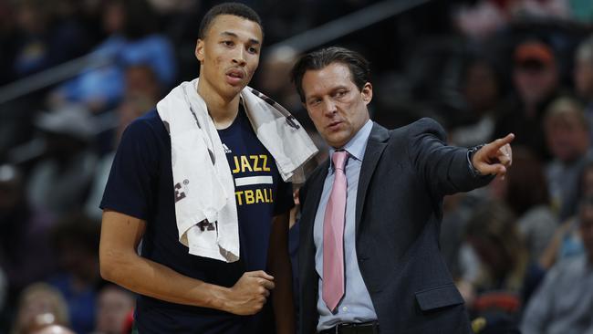 Utah Jazz head coach Quin Snyder, right, directs guard Dante Exum.