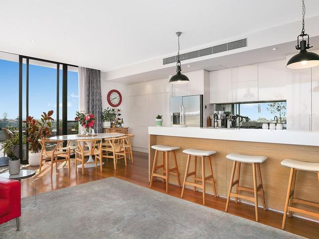 The light and bright kitchen.