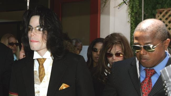 Michael Jackson departs Santa Barbara County Courthouse with Randy Jackson in 2005.