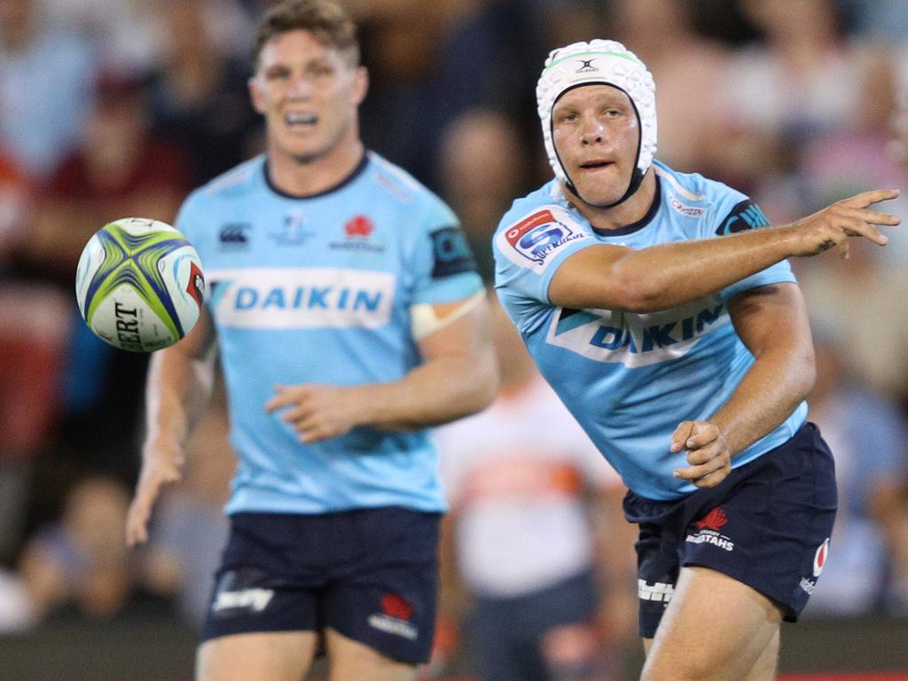 Mack Mason of the Waratahs passes to Israel Folau during the Round 7 Super Rugby match between the New South Wales Waratahs and the Sunwolves at McDonald Jones Stadium in Newcastle, Friday, March 29, 2019. (AAP Image/Paul Barkley) NO ARCHIVING, EDITORIAL USE ONLY