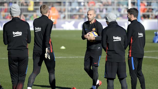 Barcelona's Argentinian defender Javier Mascherano (C) speaks to teammates