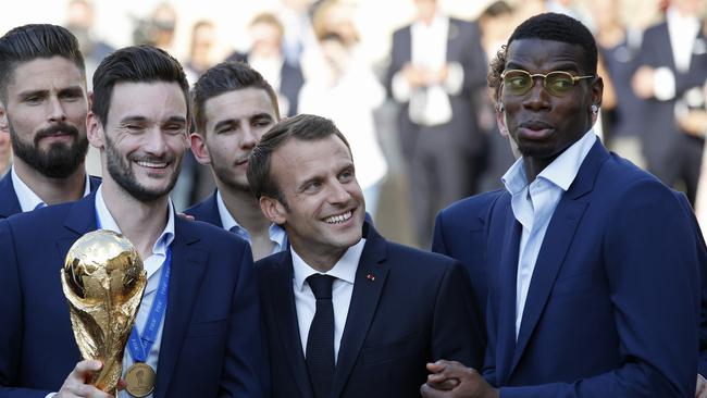 French President Emmanuel Macron hangs out with Pogba and the French team.