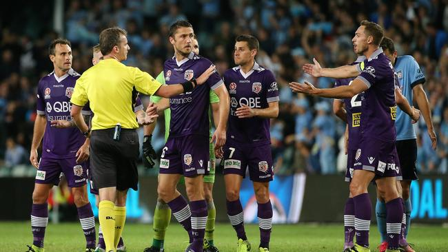 Perth players argue with referee Peter Green during the A-League Semi Final match between Sydney FC and Perth Glory at Allianz Stadium in Sydney, Saturday, April 29, 2017. (AAP Image/David Moir) NO ARCHIVING, EDITORIAL USE ONLY