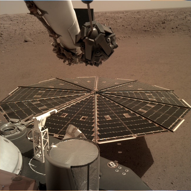InSight's robotic arm, which records vibrations that move over the landers 7 metre solar panels.
