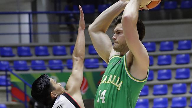 Japan's basketball team player Togashi Yuki tries to block Australia's Brandt Angus during a match in the FIBA AsiaCup 2017 in the Lebanese town of Zouk Mikael north of Beirut on August 8, 2017. Australia won over Japan 84-68. / AFP PHOTO / JOSEPH EID