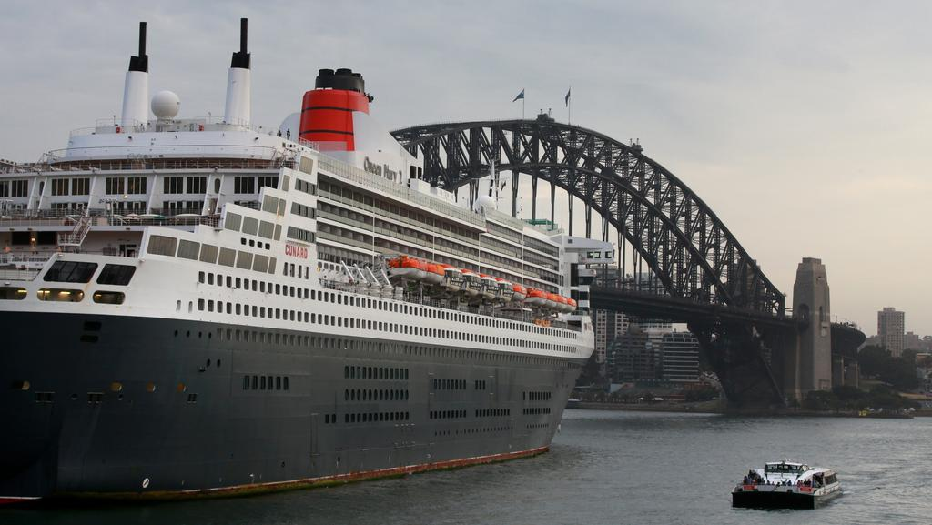 Queen Mary And Queen Elizabeth Cruise Liners Enter Sydney - Cruise ship movements sydney harbour