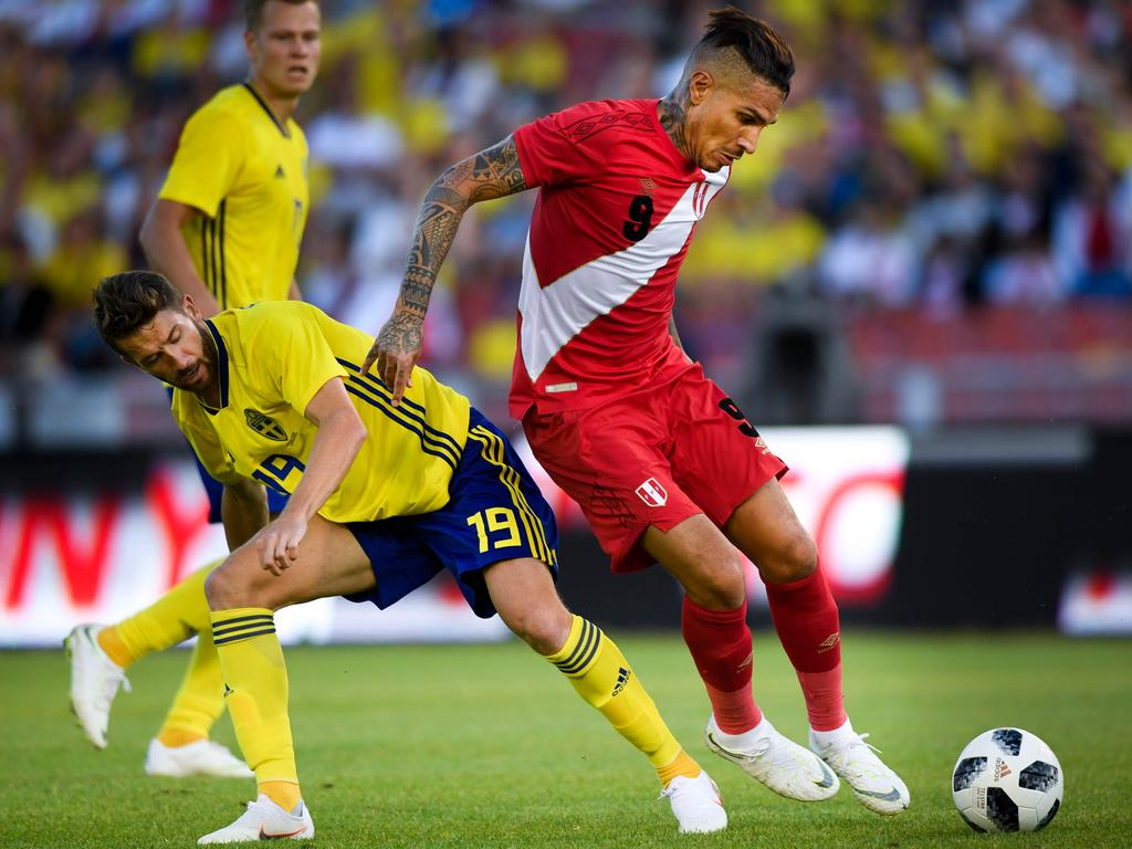 Sweden's Marcus Rohden (L) and Peru's Paolo Guerrero vie for the ball.
