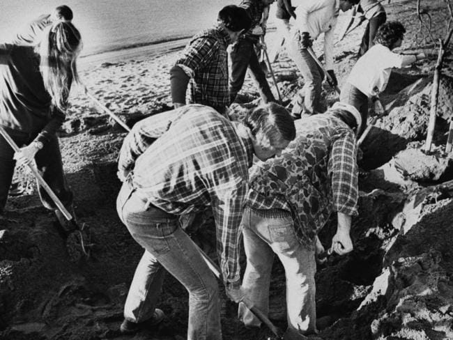 FBI agents scour the sand of a beach of the Columbia River in 1980, searching for additional money or clues in the 1971 hijacking case. Picture: Reid Blackburn/AP