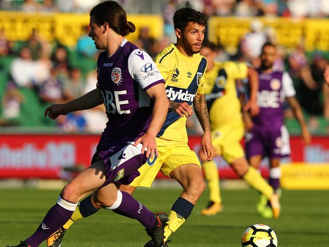 Daniel De Silva of the Mariners on the ball against Perth Glory on Sunday.