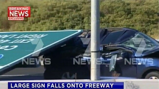 The sign fell on the Tullamarine Freeway at Strathmore just before 5:30pm on Tuesday.