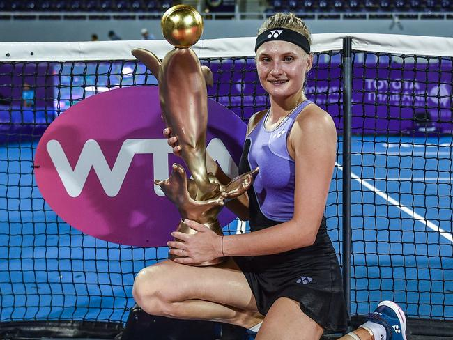 Dayana Yastremska poses with her trophy. Chalinee Thirasupa/AFP