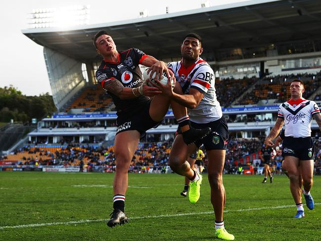 Charnze Nicoll-Klokstad of the Warriors competes with Daniel Tupou of the Roosters for the ball.