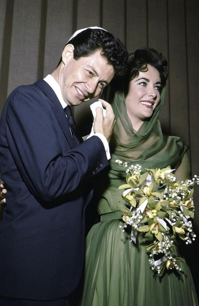 Fisher and Taylor posing for the media after their marriage in Las Vegas in 1959.