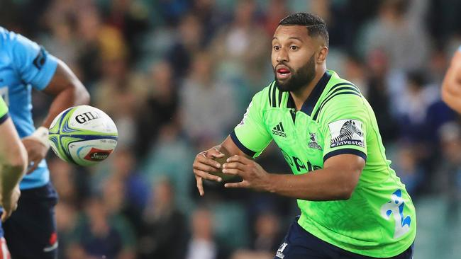 Lima Sopoaga of the Highlanders passes the ball at Allianz Stadium in Sydney.
