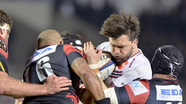 Bordeaux-Begles' Australian wing Adam Ashley-Cooper is tackled by US Oyonnax players.