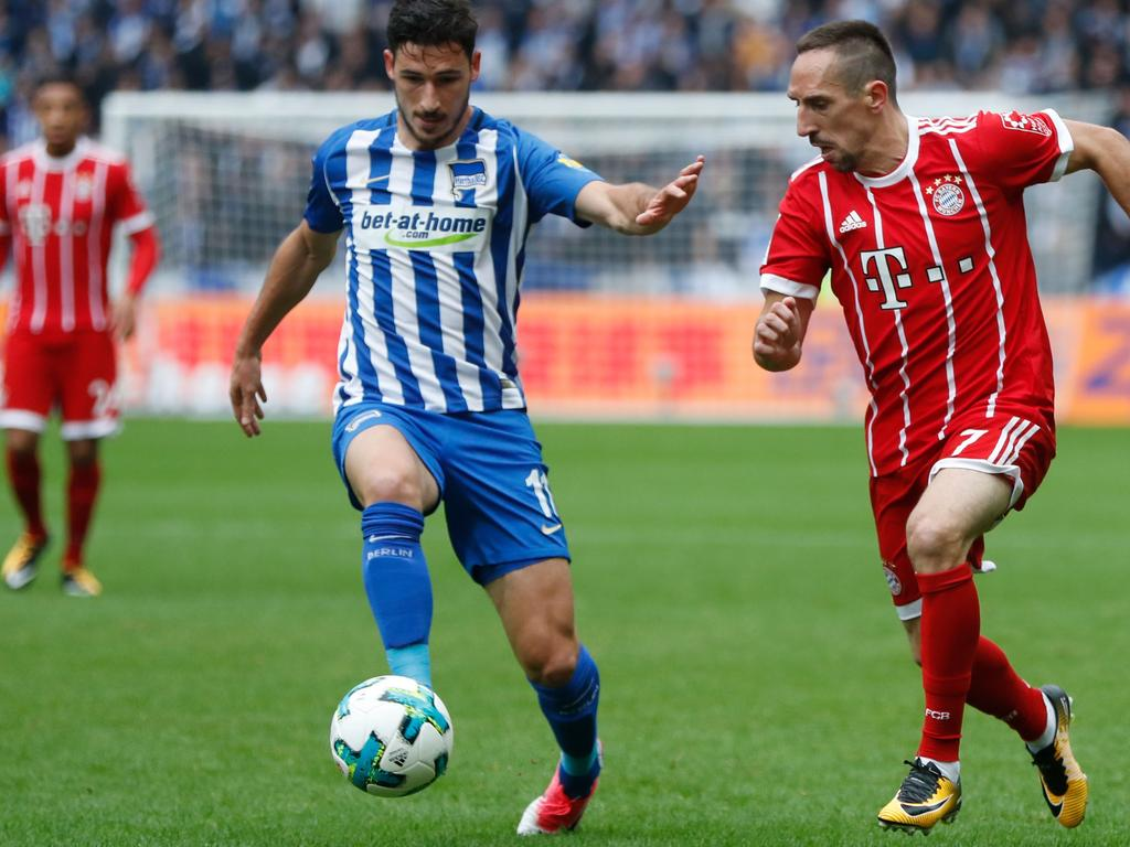 Bayern Munich's French midfielder Franck Ribery (R) and Berlin's Australian midfielder Mathew Leckie vie for the ball during the German first division Bundesliga football match between Hertha Berlin and FC Bayern Munich in Berlin, on October 1, 2017. / AFP PHOTO / Odd ANDERSEN / RESTRICTIONS: DURING MATCH TIME: DFL RULES TO LIMIT THE ONLINE USAGE TO 15 PICTURES PER MATCH AND FORBID IMAGE SEQUENCES TO SIMULATE VIDEO. == RESTRICTED TO EDITORIAL USE == FOR FURTHER QUERIES PLEASE CONTACT DFL DIRECTLY AT + 49 69 650050