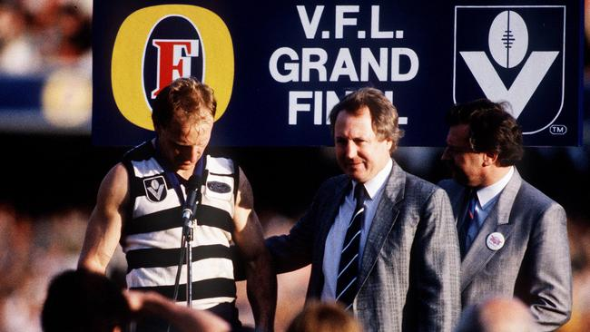 Gary Ablett accepts the Norm Smith Medal from Bill Goggin after kicking nine goals in the 1989 Grand Final.