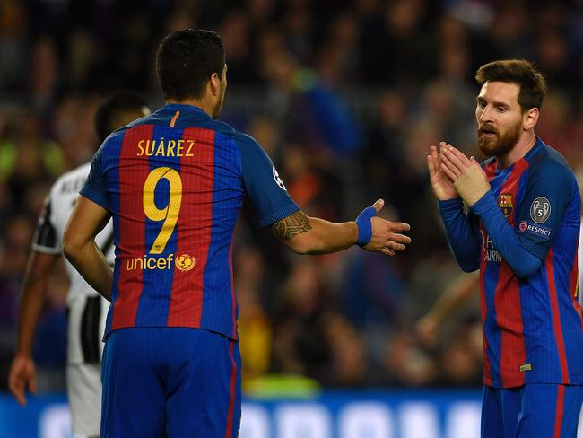 Barcelona's Uruguayan forward Luis Suarez (L0 talks to Barcelona's Argentinian forward Lionel Messi.