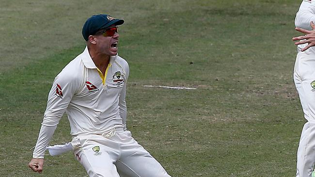 David Warner has been accused of engaging in an hour-long sledging battle with Quinton de Kock.