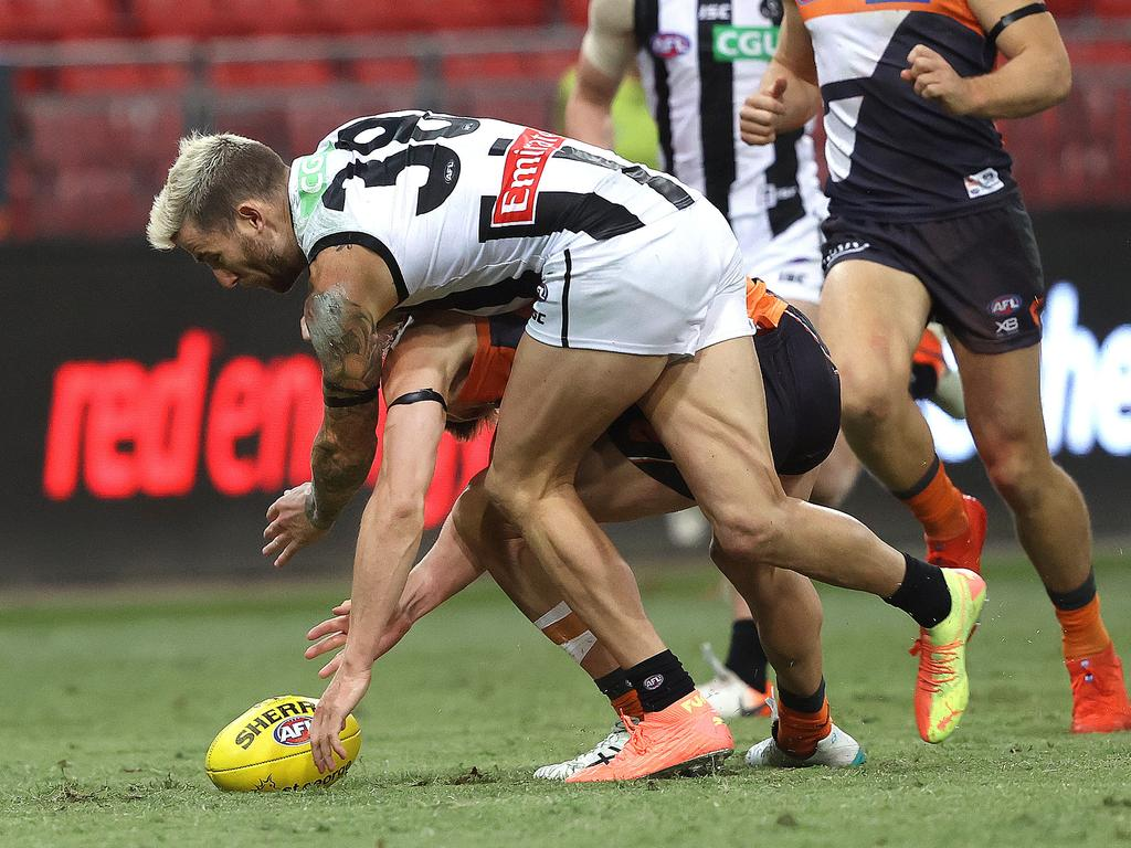 Collingwood's Jeremy Howe injures his knee. Picture: Phil Hillyard