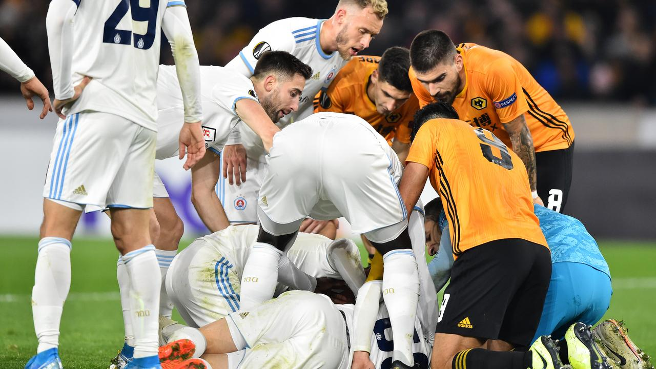 Players crowded the injured player.