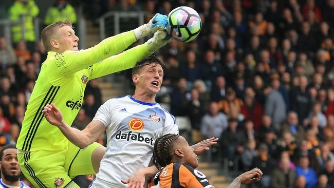 Sunderland's English goalkeeper Jordan Pickford (L).