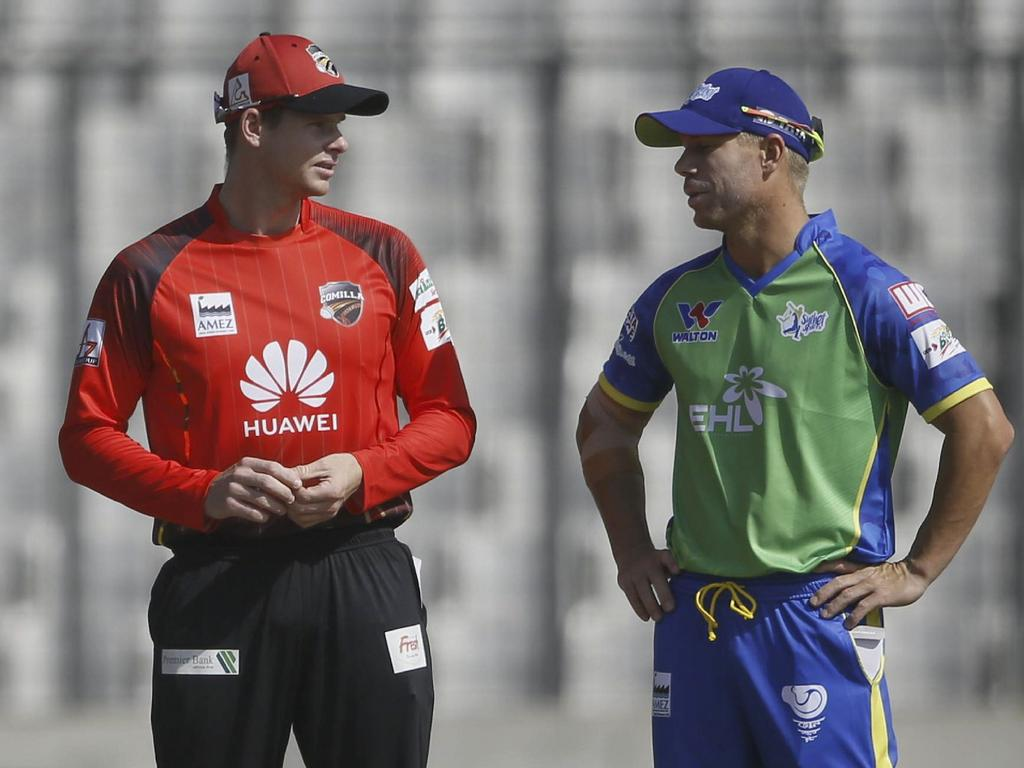 Comilla Victorians captain Steven Smith (C) and Sylhet Sixers captain David Warner (R) stands during a match between Comilla Victorians and Sylhet Sixers at the Sher-e-Bangla National Cricket Stadium in Dhaka on January 6, 2019. - Banned Australian cricketers David Warner and Steve Smith made a low-scoring debut in the Bangladesh Premier League on January 6, amassing just 30 runs between them as newly-minted skippers in the Twenty20 league. (Photo by STR / AFP)