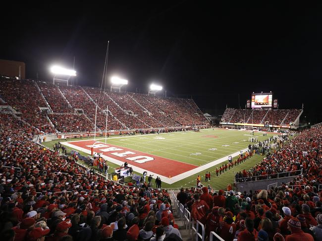 The Utah Utes and the Oregon Ducks play in an NCAA football game.