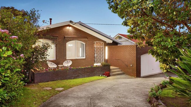 12 Marshall St, Ivanhoe sold for $2,205,000.