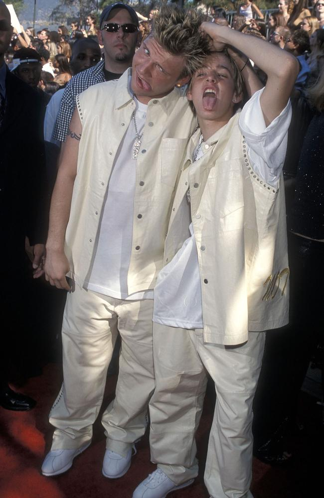 Now-estranged brothers Nick and Aaron Carter at the Teen Choice Awards in 2001. Picture: Ron Galella/WireImage.