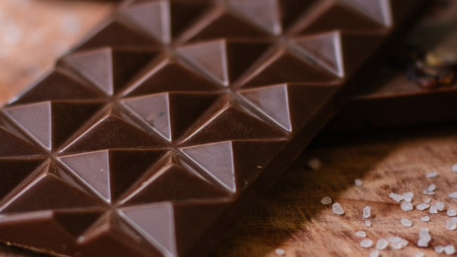 You should eat 100g of dark chocolate before reaching a dose of theobromine. Image: Pexels.