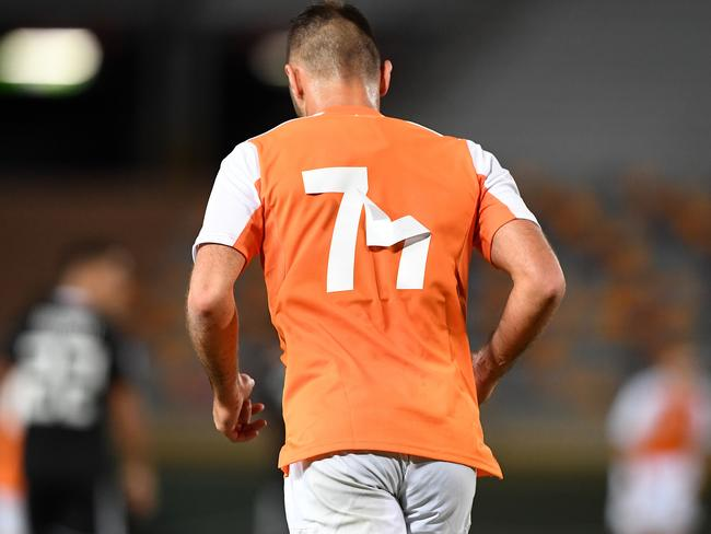 The shirt numbers of Roar player Ivan Franjic are seen to dislodge. (AAP Image/Dave Hunt)