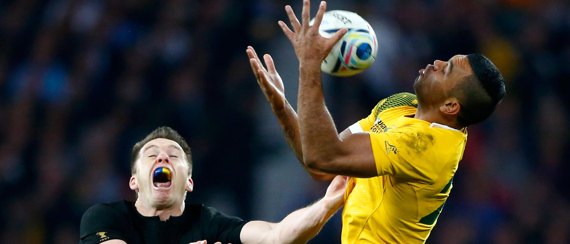 LONDON, ENGLAND - OCTOBER 31: Kurtley Beale of Australia is challenged by Ben Smith of New Zealand under the high ball during the 2015 Rugby World Cup Final match between New Zealand and Australia at Twickenham Stadium on October 31, 2015 in London, United Kingdom. (Photo by Stu Forster/Getty Images)