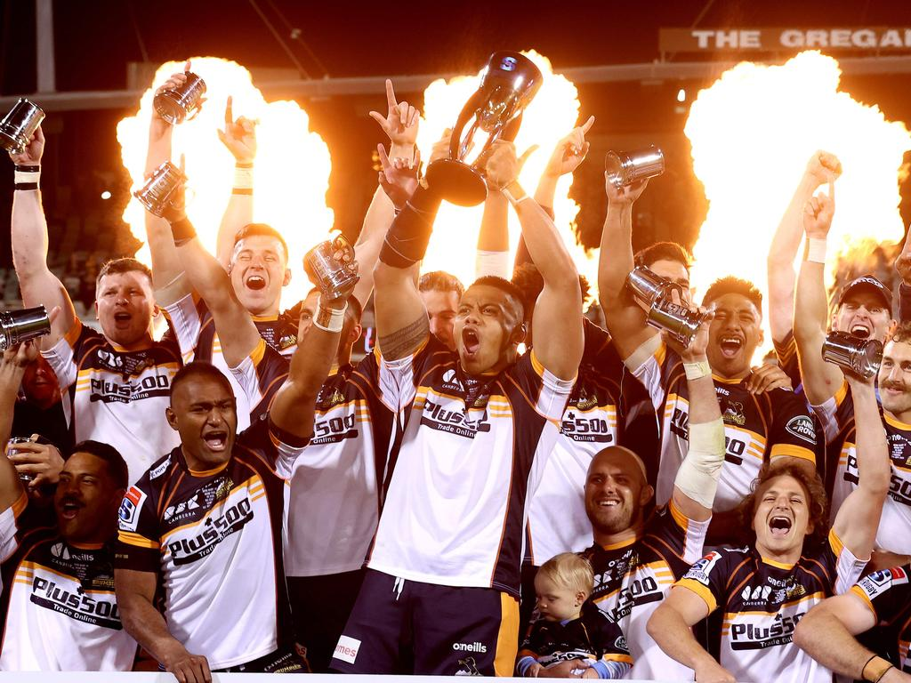 ACT Brumbies' players celebrate with the winning trophy after the Super Rugby AU Grand Final against Queensland Reds in Canberra on September 19, 2020. (Photo by David Gray / AFP) / --IMAGE RESTRICTED TO EDITORIAL USE - STRICTLY NO COMMERCIAL USE--