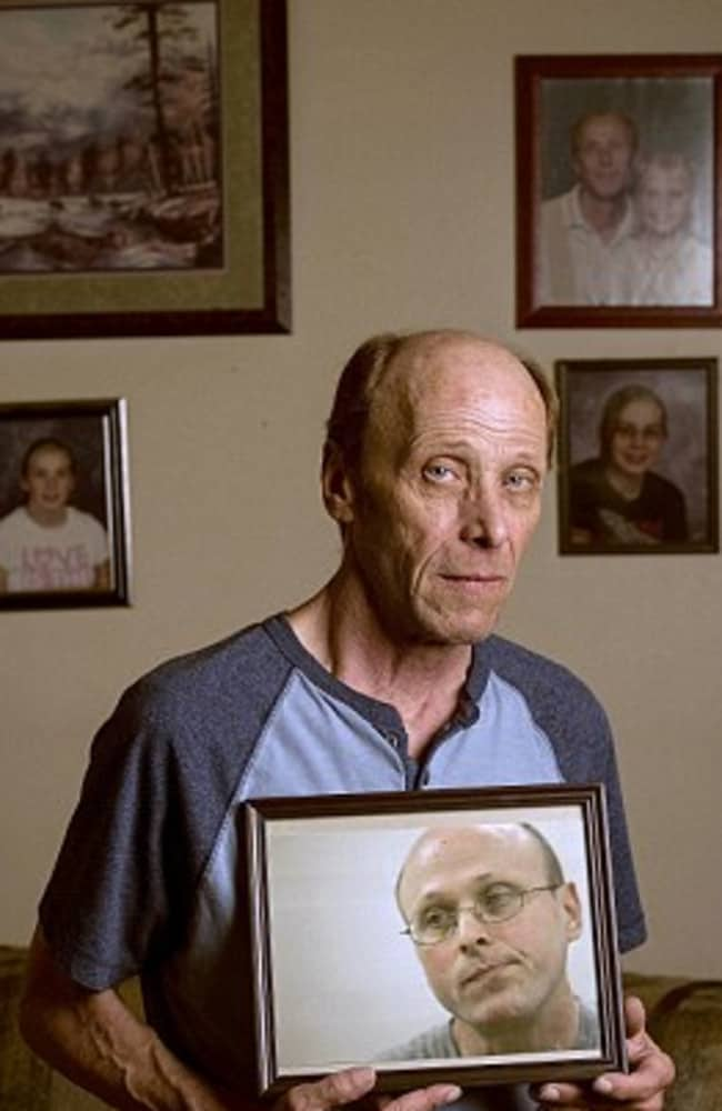 Identical twin brother, Harry David Moore, with a photo of his killer brother who he ate pizza with before the execution. Picture: Associated Press