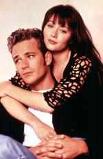 Perry with 90210 costar Shannen Doherty. Picture: Fox/Alamy