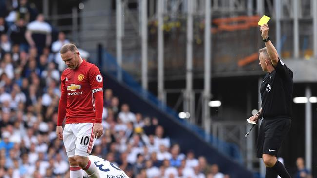 Manchester United's English striker Wayne Rooney (L)