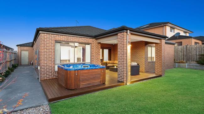 86 Wellington St, Mernda featured a backyard spa.