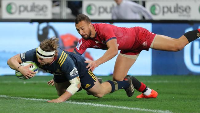 James Lentjes of the Highlanders evades the tackle of Quade Cooper to score a try.