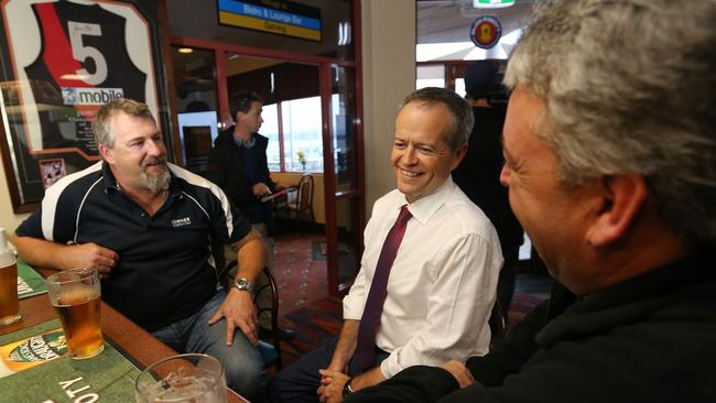 Labor leader Bill Shorten shares a beer with Beaconsfield Mine disaster survivors Todd Russell and Brant Webb.