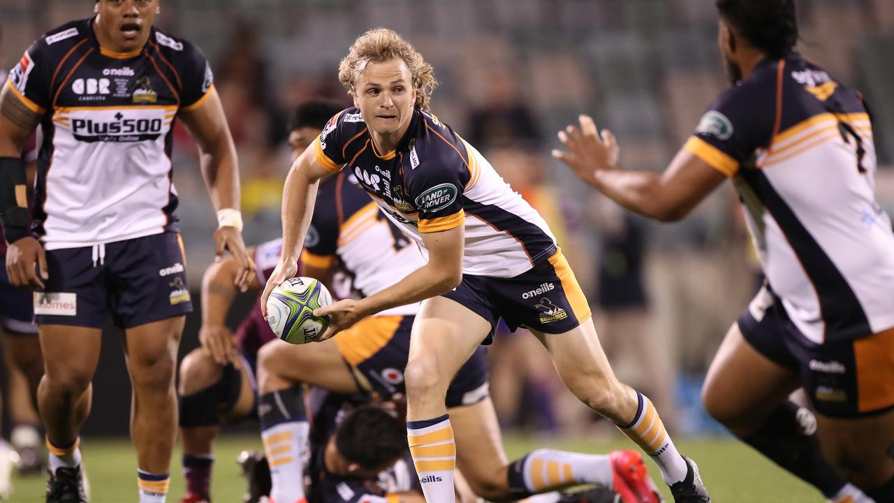 Joe Powell of the Brumbies passes the ball during the Super Rugby AU Grand Final (Photo by Mark Kolbe/Getty Images)